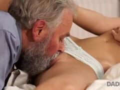 DADDY4K. Il papà dai capelli grigi è galante e tenero quanto basta per sedu Thumb