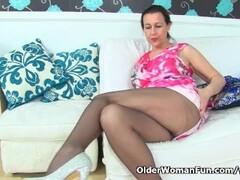English milf Eva Jayne dildos her nyloned fanny Thumb