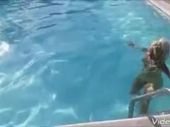 Lisa monti la porno diva relax in piscina Thumb