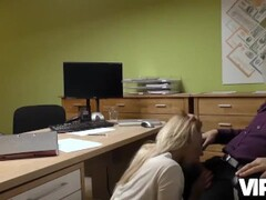 VIP4K. La giovane lassie passa un casting sessuale speciale per ottenere un Thumb
