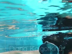 Diana Kalgotkina dildos her pussy in the pool Thumb