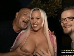 Ihr Cuckold Idiot filmt wie ich Sie auf der Party vor allen Gästen ficke Thumb