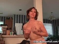 USA gilf Penny rubs her pantyhosed pussy Thumb