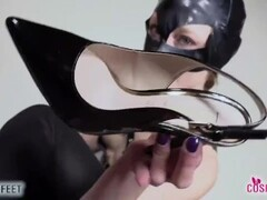 Catwoman takes off heels and teases you with her barefeet Thumb