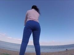 rapariga fazendo ginastica na praia é apalpada e tem sua roupa rasgada Thumb