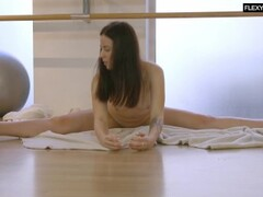 Saule Elastiga super hot flexible babe Thumb